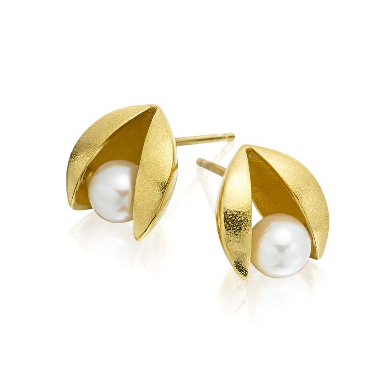 White Pearl and Gold Clam Stud Earrings E45